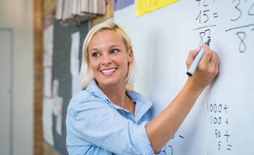 Uśmiechnięta nauczycielka