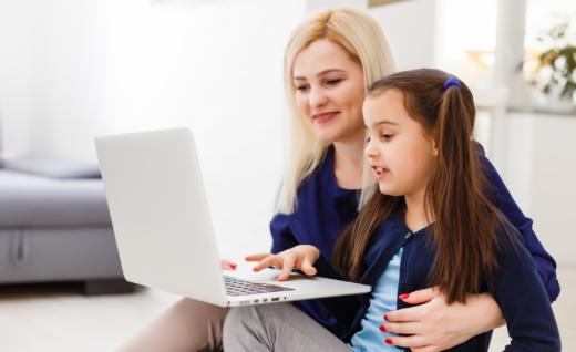 Rodzic z dzieckiem odrabia lekcje