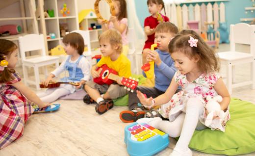 Dzieci grające na instrumentach